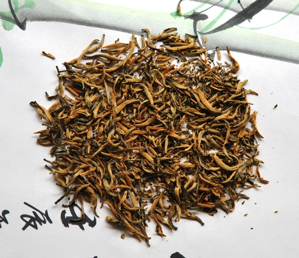 Fengqing Classic 58 Yunnan Black Tea: rolled dry tea leaves